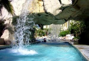 Piscine de luxe avec cascade arts et voyages - Piscine avec cascade ...